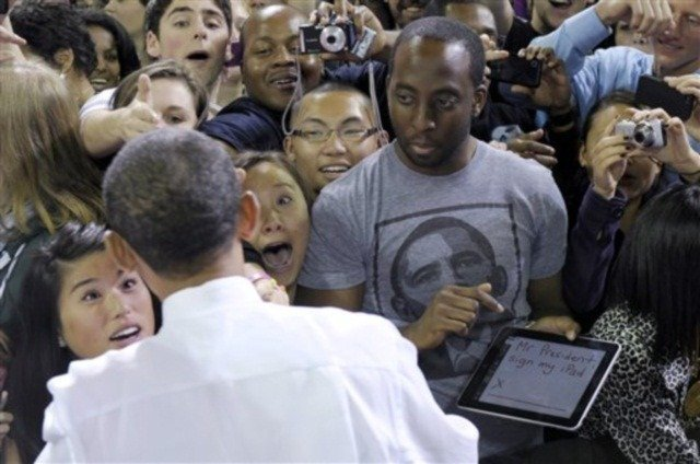 obama-signing-ipad-photo